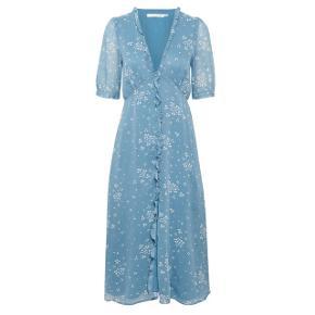 Bæredygtig og feminin GESTUZ kjole i farven blue clover hart. Kjolen er kun brugt få gange og derfor næsten som ny.   Nypris: 1299 kr.  Byd gerne uanset pris!