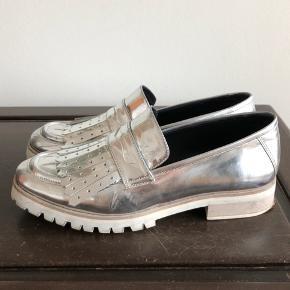 Festlige sølv sko fra 2nd Day  Brugte men stadig meget pæn stand   Kan afhentes i København