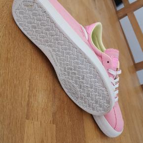 Mega fede lyserøde Converse All Star sneakers str 37,5 med kontrastfarve i foer. Aldrig brugt