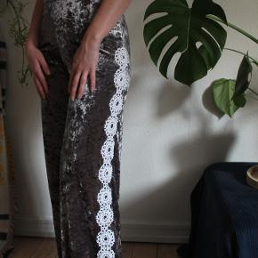 Upcycled Zara flared pants with macrame sewed along both sides of the pants. Perfect festival pants! ✨🌼💖  Material: velvet Size: XS, but can fit a small  Fit: The length of the pants are quite long