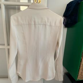 Smukkeste fittet Calvin Klein Skjorte. Helt ny - nypris var 1800 - købt i Selfridges London
