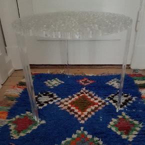 Kartell bord. T-Table. Krystal. Mål: Ø: 50 cm. H: 44 cm. Sælges for m.p. 550 kr. Træffes, 20991558.