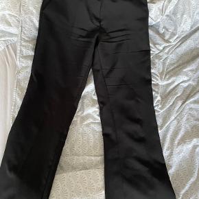 Sælger disse bukser, nærmest helt nye. De er desværre for små til mig - skal bare væk, da det fylder i klædeskabet    - køber betaler selv fragt 💫