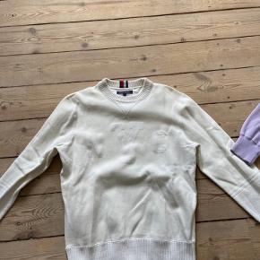 Hvid sweater fra Tommy Hilfiger, brugt nogle få gange. Den sidder slim, og er mega behagelig at have på.