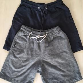2 par bløde shorts, det mørke blå par er brugt mere end det grå Mid length, Regular fit. Pris pr par