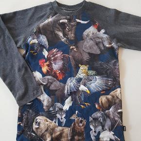 T-shirt med dyr og mørkegrå ærmer. Ny (uden mærke). Str 140.    Køber betaler evt porto. Forsendelse med Dao koster 38 kr.
