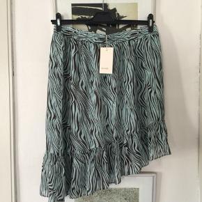 Levete Room nederdel i str L. Fra efterårets kollektion. Brugt få gange og er som ny. Nypris 699,95 Pris 200,-pp Bytter ikke.