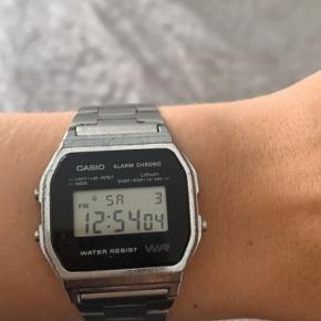 Perfekt fungerende ur fra Casio. Har små ridser og trænger til en rensning. Derfor den gode pris. Æske medfølger ikke