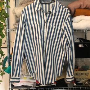 Denim skjorte i mellem tykkelse - fin både som skjorte og jakke. Kom med et bud ☀️