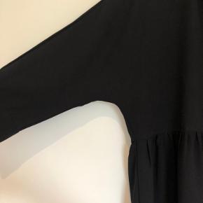 Sød kjole fra Vero moda med knapper ved brystet.
