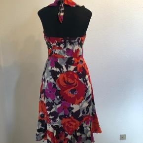 Virkelig lækker Monsoon kjole i 100% silke i røde, lilla, pink og grå nuancer. Kjolen har aldrig været brugt og fremstår derfor som ny👌 Den har fine detaljer; herunder knapper fortil og fin afslutning forneden. Der er lynlås i siden og hægte for enden af lynlåsen. En virkelig lækker kjole, hvor man får noget for pengene🤩 skriv hvis du ønsker flere detaljer eller præcise mål på kjolen- det sender jeg gerne☺️