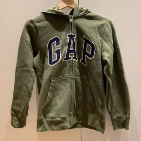 Army grøn sweater med lynlås og logo i midtenMærke: GAP Størrelse: 12 år Stand: næsten som ny Røgfrit hjem BYD!!!!!