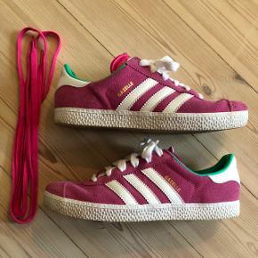 Adidas Gazelle - PINK I pæn stand, er brugte men fejler ikke noget.  Str. 35 1/2 - Fitter en str 36