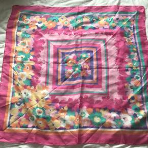 Fineste vintage tørklæde, købt secondhand i New York forrige sommer. Fremstår som nyt. Sælges til 50kr afhentet eller plus 36kr i porto.