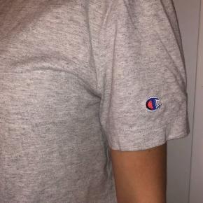 Champion t-shirt brugt nogle gange. Sælges da jeg ik får den brugt nok.  Tjek endelig mine andre annoncer ud😋