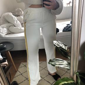 Fede hvide bukser med gul stribe fra Iheart. Ny-pris er 2000kr, men er for tiden på tilbud til 1000kr på nettet  De sælges for 400kr. De fejler intet og der er ikke pletter eller lign.