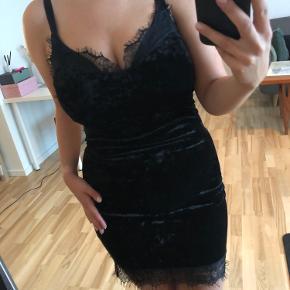 Tætsiddende kjole i velour-lignende stof med blonder. Str S, men passes også af M