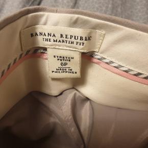 Flot business wear sæt fra banana republic To størrelser: Bukser: 6P = 'stor' small Blazer: 8P = medium Sælges renset!! Se andre annoncer for andre sæt + nederdel som passer til