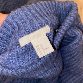 """Smuk strik i uldblanding 😊 Farven ses bedst på billede nr to.   Har lidt """"fnuller"""" nogle steder. Fremstår ellers fin!"""