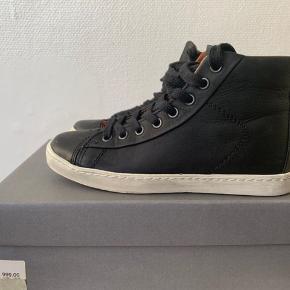Sort skind sneakers i str. 37. Aldrig brugt! Sål længde målt udenpå fra hæl til snude ca 24,5 cm. Nypris 999 og sælges for ca 425 pp
