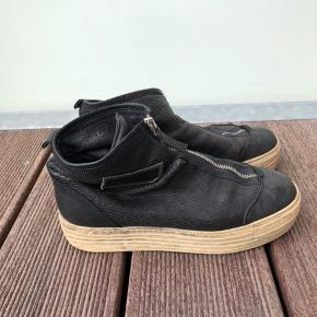 Sko/støvler med plateau og lynlås foran. De er str. 38, men de er til den store side. Produceret i Italien. Skriv for flere billeder.