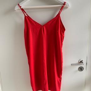Lækker cocktail kjole fra asos i den flotteste rød Perfekt til alle selskaber God til halloween, hvis man skal være djævel   Str 36 - small   BYD endelig