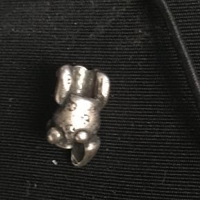 Troldekugle, sølv liggende bamse. Der kan forekomme små ridser og hakker i, da den er brugt få gange. Se foto