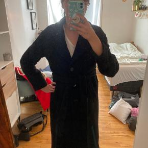 Rigtig fin frakke i uldblanding. Den holder dejligt på varmen og ser generelt bare super fint ud til det meste.