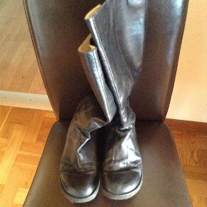 Varetype: Støvler Farve: Sort  Sort skøn Angulus støvle ....den er brugt og har et lille hul....billede 4  Betaling via mobilpay,ved tspay betaler køber gebyr  Tænkte 185 pp....?