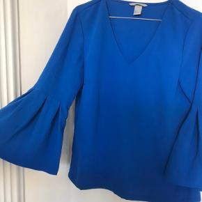Yndig blå trøje med vidde ærmer