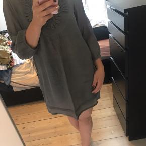 Sød kjole med broderidetalje og 3/4-ærmer i en let og luftig kvalitet :-) falder flot og ligner lidt hør. Aldrig brugt.