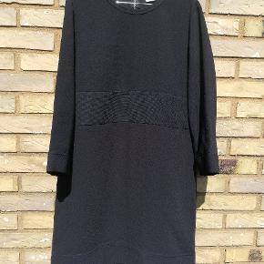 Flot sort kort kjole med lynlås i nakken flot og enkelt og som kan bruges både alene men også med lange bukser