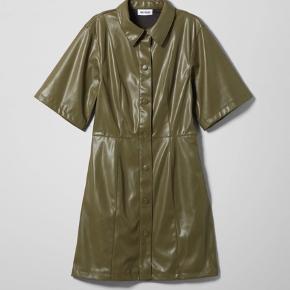 Uægte Læder kjole fra weekday i grøn. Sidste sæson kollektion. Minder om ganni
