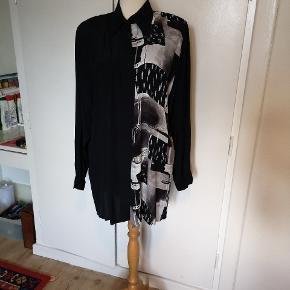 Så lækker en vintage skjorte. Ses her på en 36/38. Mærket mangler, men jeg bliver i tvivl om det er silke eller viskose. Den føles i hvert fald SÅ lækkert på kroppen.