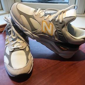Flotte sneakers, brugt 2 gange. Skoene fremstår som nye, kan dog ses meget lidt indeni at de har været på, da modellen er lys. Kan stadig købes i butikkerne til 900 kr. Sælges til 550 kr. plus porto 45 kr. Sælges da jeg synes modellen føles for bred til min meget smalle fod.