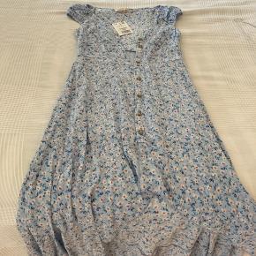 Desværre alt for lille🤍 virkelig Smuk kjole. Den passes bedst af en Xxs😊, den er en s, men den er meget lille ved barmen.   Skal afhentes- sender ikke🤍