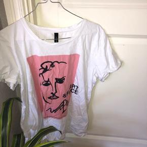 Hvis  T-shirt fra soyaconcept med et ansigt på brystet i str XL