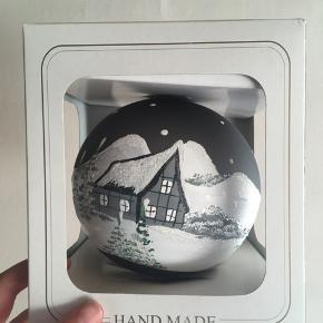 Flot julekugle med håndlavet maleri i grå Julekugle måler ca. 12 cm
