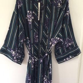 Smuk kimono fra Sofie schnoor str. S kan passes  fra S-L   Helt ny stadig med mærke     Nypris 899.- Mp 250 incl fragt