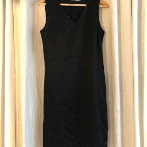 Smuk sort kjole med perledetaljer i kanterne. V-hals og slids i den ene side. Str 40, men fungerer rigtig fint som løs kjole også. Jeg de str 36.