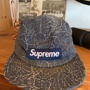 Supreme cap fra 2016 købt i London.  Fejler intet.