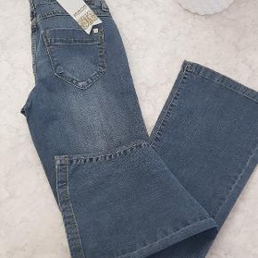 Vero moda jeans  Tilgengælige Størrelser: 34 (x-Small) 36(Small) 38(medium)  Nypris 499,-