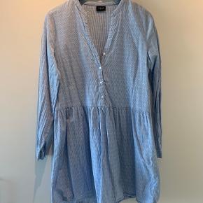 Skjortekjole fra Vila Kan passes af M-XL
