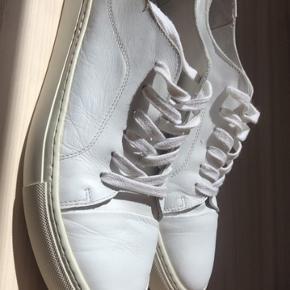 Stort set nye hvide sneakers fra Garment Project. Købspris: 1000kr, sælges til 400kr. Er brugt 1 gang, og har derfor kun meget få tegn på brug. Skriv for flere billeder :-)