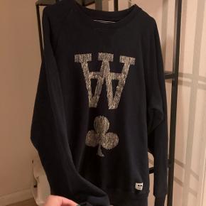 Cool sweatshirt fra Wood Wood. Den er brugt få gange og er dermed stort set så god som ny.