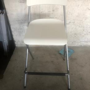 2 stk. Ikea høj stole/barstole. Sælges samlet. Det ene ryglæn har et lille hak i kanten. Rigtig god sidde komfort. SENDER IKKE.