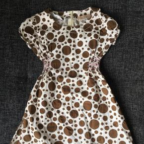 Skøn brun og hvid plettet kjole med elastik i siderne.