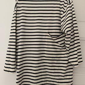 Blå og hvid stribet   Str small   Oversize kjole med lomme på siden