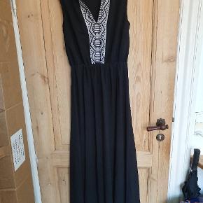 Flot lang kjole fra M&C Collection med broderet mønster på bryst og skuldre.