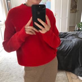Rød sweater i dejligt materiale fra & Other Stories. Den er aldrig brugt. Trøjen er en størrelse small, men den er oversize og vil derfor sagtens kunne passes af medium og large 😊   Sweateren kan sendes med DAO.